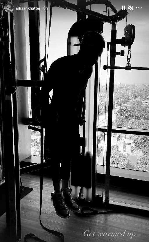 இஷான் கட்டர் ஒரு ஜிம்னாஸ்டிக் வளையங்களில் (Instagram/ishaankhatter) புல்லப் செய்கிறார்