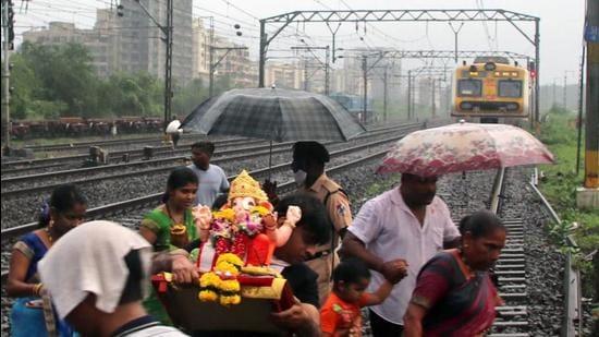 Villagers cross tracks in Thakurli, Maharashtra. (Rishikesh Chaudhary)
