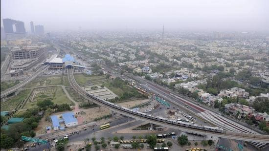 Aerial View of Noida city. The authority has issued recovery notices against a realtor of a commercial project in Sector 98, which owed <span class='webrupee'>₹</span>350 crore to the authority. Notices have also been issued to a realtor in Sector 52 with <span class='webrupee'>₹</span>869 crore dues, developer in Sector 16 with <span class='webrupee'>₹</span>63 crore dues and another one in Sector 61 with dues of over <span class='webrupee'>₹</span>26 crore. (HT Archive)