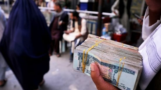 Since its takeover by the Taliban, Afghanistan has been facing cash crunch, with global aids freezing and daily limits set on withdrawal from bank accounts. REUTERS/Stringer/File Photo(REUTERS)