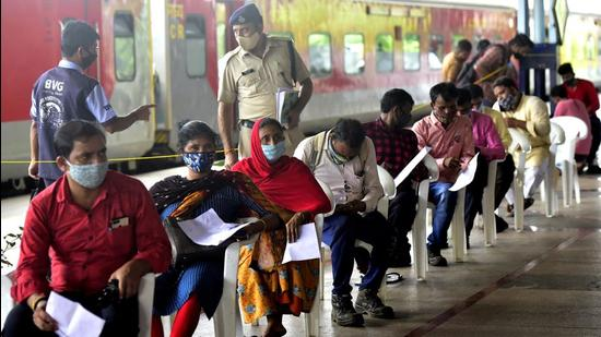 Beneficiaries queue up to get inoculated against Covid-19 at a centre set up on CSMT platform in Mumbai on September 9. (HT file)