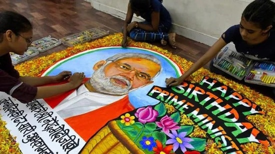 Students from Gurukul School of Art draw a painting of PM Narendra Modi on his birthday in Mumbai. (HT File Photo)