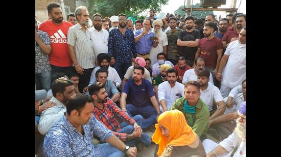 Congress MLA Angad Singh (in blue t-shirt) protesting against the SBS Nagar SSP in the district administration complex.