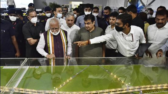 Union minister for road transport and highways Nitin Gadkari and Haryana chief minister Manohar Lal Khattar review the Delhi-Mumbai Expressway project in Gurugram. (Vipin Kumar/HT PHOTO)
