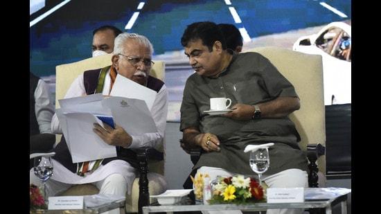 Union road transport and highways minister Nitin Gadkari and Haryana CM Manohar Lal Khattar during an inspection of the Delhi-Mumbai Expressway near Sohna in Gurugram on Thursday. (Vipin Kumar/HT)