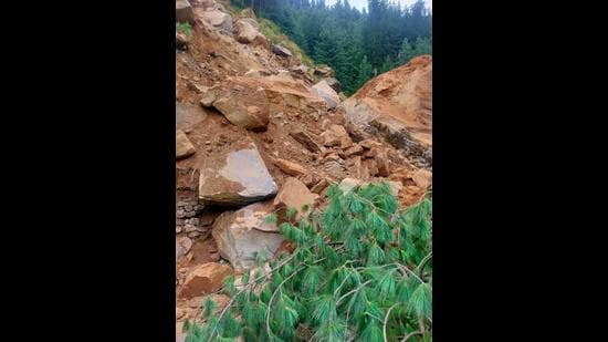 The landslide at Nehru Kund near Manalitown blocked the Manali -Leh highway on Thursday. (Aqil Khan/HT)