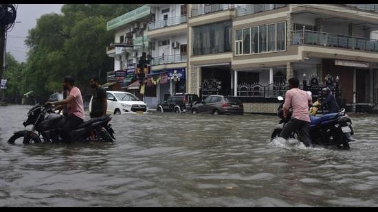 Heavy waterlogging in Lucknow's Triveni Nagar area on Thursday. (Deepak Gupta/HT Photo)