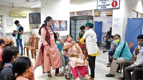 People get vaccinated against Covid-19 in Mumbai .(HT PHOTO)