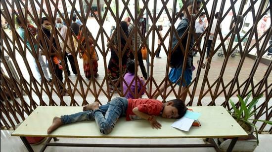 The OPD of Firozabad's state medical college, which has been marked as the nodal centre for treatment of dengue and fever patients, has been swamped with sick children and their patients awaiting treatment. (HT photo)