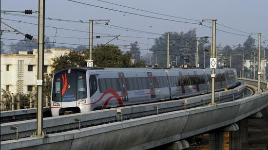 WRI India said that the developmental map of Delhi Metro shows how development in the city started coming up around Metro corridors and made it easier for the workforce from NCR towns to commute to the Capital. (HT Archive)