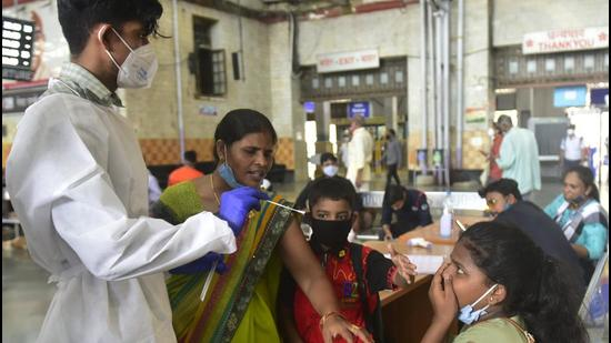 The state recorded 57,120 cases from Sept 1 to 15, compared to 88,664 recorded during the same period in Aug. The number of deaths has dropped by 54%, as they have reduced to 964 from 2,103 last month. (Anshuman Poyrekar/HT PHOTO)