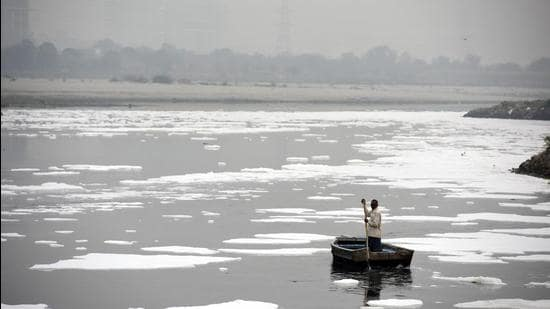 Water pollution on the Yamuna river in Delhi. (HT Photo)