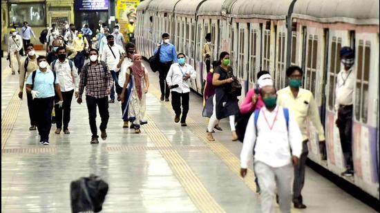 Nearly 1.5 million passengers travelled by on local trains on Central Railway and 1.1 million passengers on the Western Railway in August. (Anshuman Poyrekar/HT Photo)