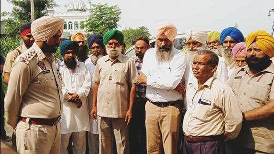 The Ludhiana man's family contended that if the victim was ill, the dera head should have sent him to the hospital. They alleged that the victim had died in mysterious circumstances and his neck was broken. (HT PHOTO )