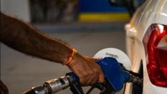 Petrol prices were also reduced by 20 paise a litre on August 22, after it maintained a record of <span class='webrupee'>₹</span>101.84 per litre in Delhi for 36 days. (HT file photo)