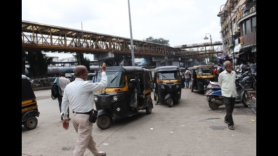Auto rickshaws outside Kalyan railway station. A special committee to survey auto stands in Kalyan-Dombivli has been asked to submit report by September 27. (RISHIKESH CHOUDHARY/HT)