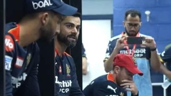 RCB captain Virat Kohli speaking to his teammates(screengrab)