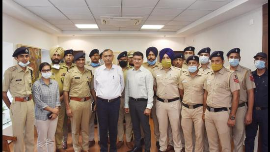 Members of the Chandigarh Police team, who solved the Sector-27 robbery case, along with director general of police Praveer Ranjan on Tuesday. (HT PHOTO)