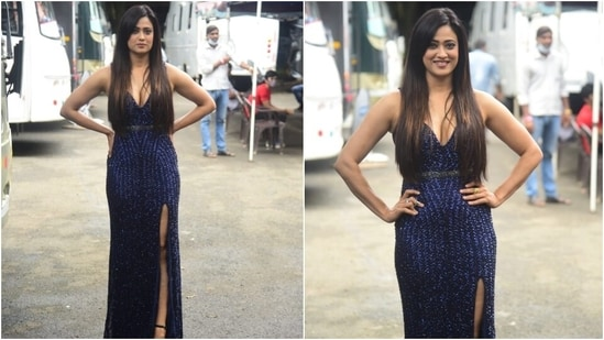 Shweta chose to wear a dark blue body-hugging gown for the finale episode. The actor served a voguish style statement in the embellished look and accessorised it minimally to allow the dress to be the star.(HT Photo/Varinder Chawla)