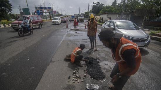 Mumbai, India - July 10, 2020: BMC workers repair pothole on Eastern Express Highway at Everard Nagar in Mumbai, India, on Friday, July 10, 2020. (Photo by Pratik Chorge/Hindustan Times) (Pratik Chorge/HT PHOTO)
