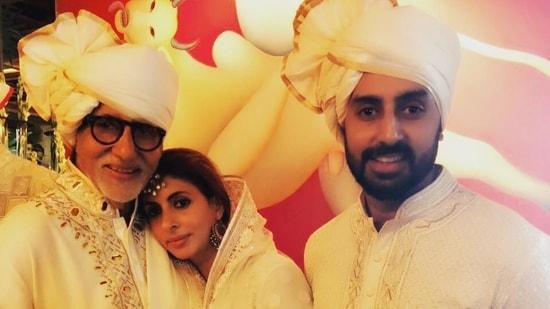 Amitabh Bachchan poses with Abhishek Bachchan and Shweta Nanda.