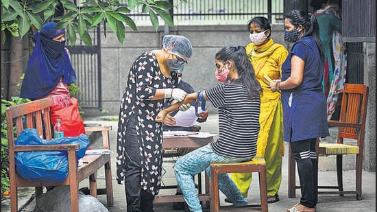 A health worker draws a blood sample from a person for use in the third round of serological survey testing for coronavirus in September 2020. Delhi's seventh sero survey to check Covid antibodies and vaccination status will begin on Friday. (Sanchit Khanna/HT Photo)