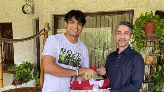 Abhinav Bindra gifting Neeraj Chopra the puppy named, Tokyo.(Twitter/@Abhinav_Bindra)