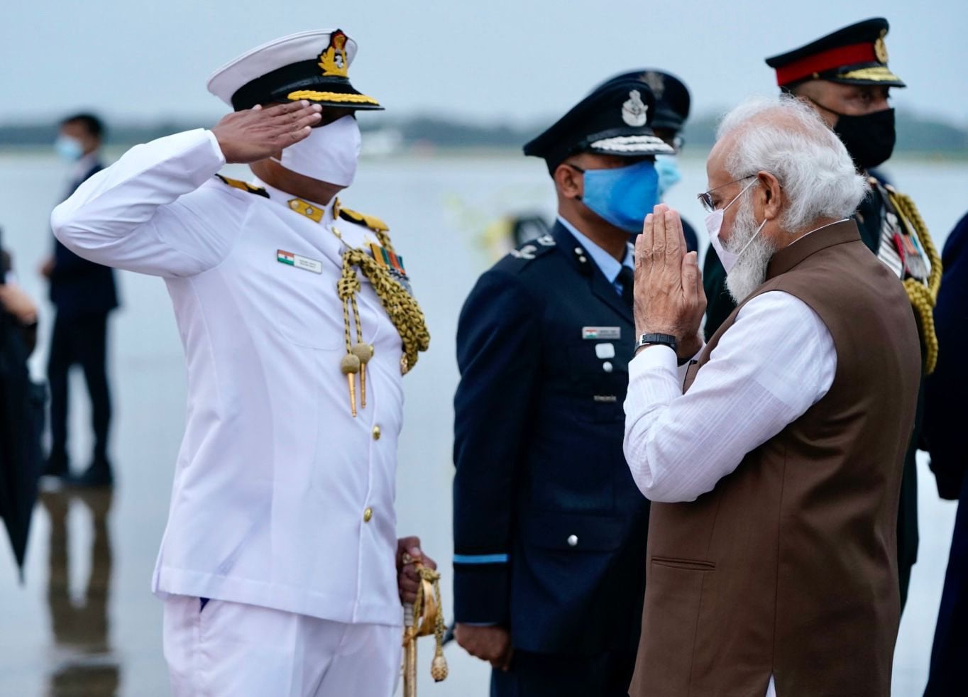PM Modi being received by officials at Washington airport.(Twitter/@narendramodi)