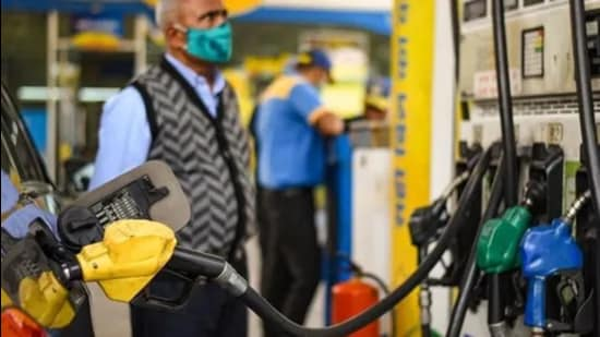 Pump prices of petrol in the national capital, however, remained unchanged at <span class='webrupee'>₹</span>101.19 since September 5. (HT file photo)