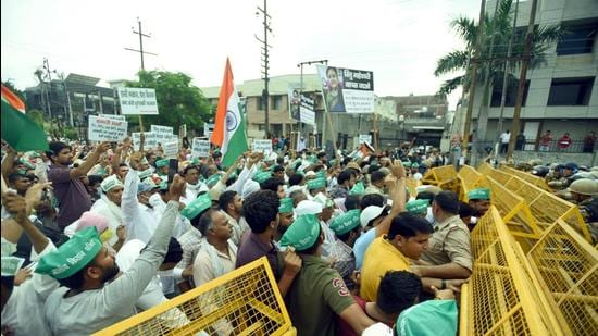 Farmers attempted to remove barricades and march to Noida authority office after protesting for 24 days on Friday. (Sunil Ghosh/HT Photo)