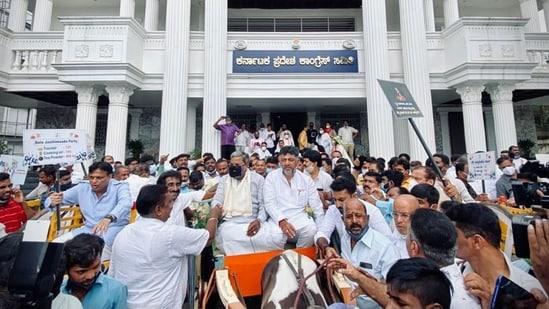 Congress leaders Siddaramaiah, DK Shivakumar at the Assembly on Friday. (Image credit: Twitter@DKShivakumar)