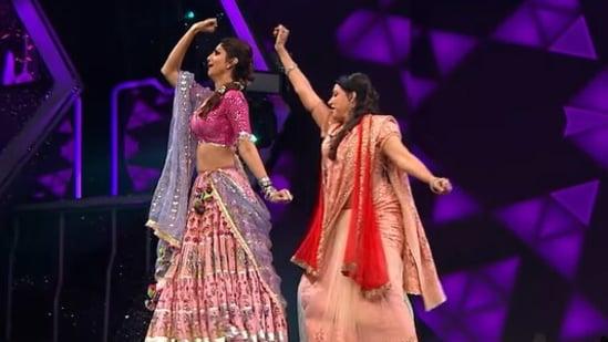 Hema Malini and Shilpa Shetty dance to Jat Yamla Pagla Deewana.