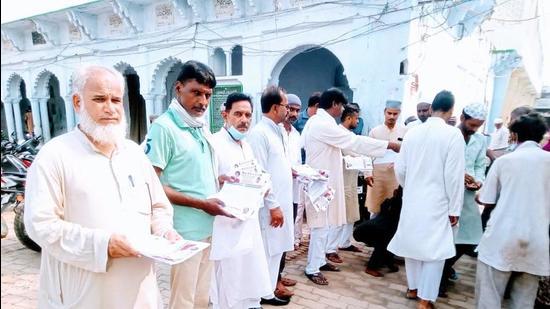 Members of the Uttar Pradesh Congress minority cell distributing the Sankalp Patra in Prayagraj. ((HT))