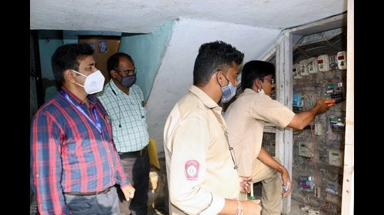 MSEDCL staff disconnect electricity supply in Kalyan. (RISHIKESH CHOUDHARYHT PHOTO)