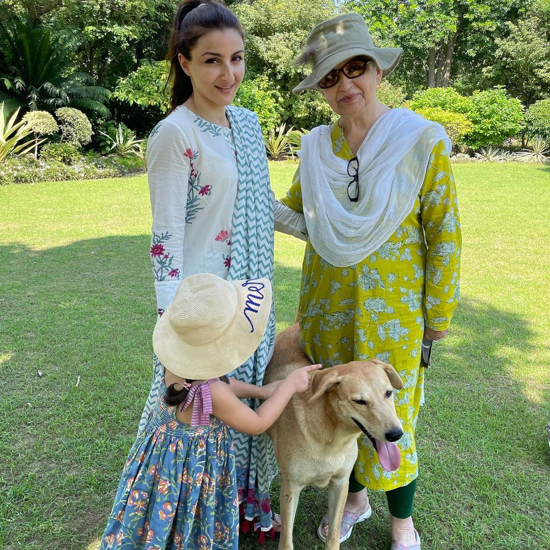 Soha Ali Khan enjoys a summer day out with mom Sharmila Tagore and daughter Inaaya Naumi Kemmu(Instagram/sakpataudi)
