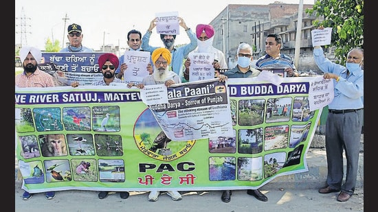 Members of different NGOs, under the banner of the 'Public Action Committee', staged a protest at the main Haibowal Bridge in Ludhiana on Saturday. (Harsimar Pal Singh/HT)