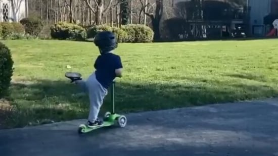 The image shows a kid on a scooter.(Instagram/@mignonettetakespictures)