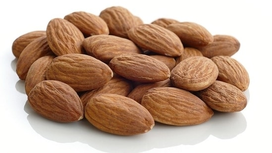 6-8 or 22-23 - how many almonds should we have in a day?(Pixabay)