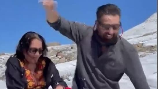 Sunny Deol plays with his mom on a snow-capped mountain.