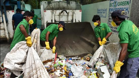 On an average, the areas falling under the jurisdiction of the SDMC produces 3,600 metric tonne of waste everyday. (Sanchit Khanna/HT PHOTO)