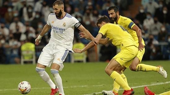 Karim Benzema of Real Madrid in action against Pau Torres (R) of Villarreal CF.(Getty)