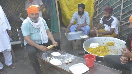 National spokesperson of Bharatiya Kisan Union Rakesh Tikait preparing breakfast for farmers during Bharat Bandh at Delhi Ghazipur border Delhi Meerut expressway (HT photo by Sakib Ali)
