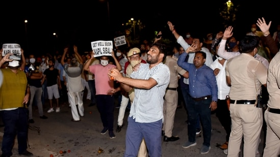 Workers of Delhi Congress protest against senior party leader Kapil Sibal after he reiterated demands for sweeping reforms raised by G-23 leaders.(ANI)