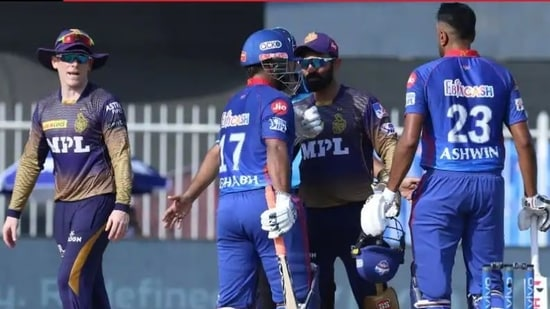 Dinesh Karthik, Rishabh Pant try to be the peacemakers in Eoin Morgan and R Ashwin's argument(Twitter)