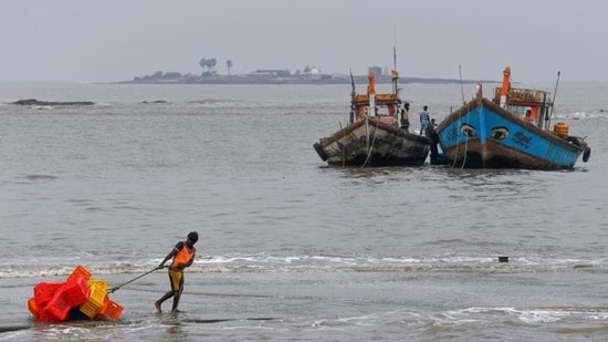 Though Shaheen may not cross the Indian coast, sea conditions will remain rough(HT_PRINT)