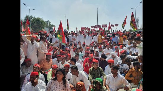 Samajwadi Party workers protesting at DVVNL office in Agra on Tuesday (HT photo)