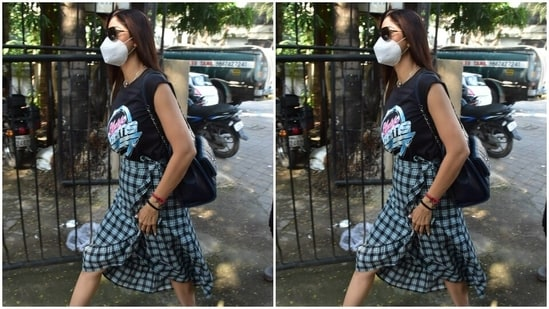 All masked, Shilpa posed in tinted tones as she walked past the paparazzi.  Needless to say, we're taking notes from the actor on how to mix fashion and comfort into a casual outfit.  (HT Photos / Varinder Chawla)