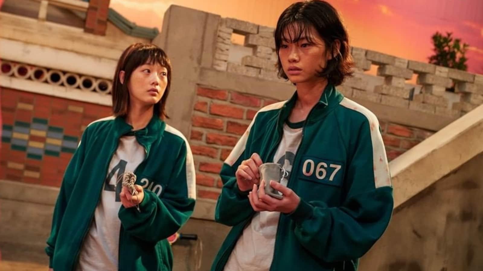 Dizideki önemli karakterlerden biri (sağda) Kuzey Kore firarisi. Dizi izleyicilerine rutin şekilde Kuzey-Güney Kore karşılaştırması aktarıyor. Hindustan Times, 2021.
