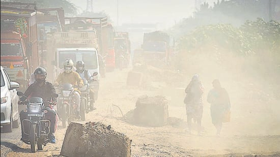 Delhi government on Thursday launched a month-long camapign against dust pollution. Road dust is a major contributor of air pollution in Delhi. The government also launched a website for contractors to register and follow dust pollution guidelines. (Sanchit Khanna/HT Photo)