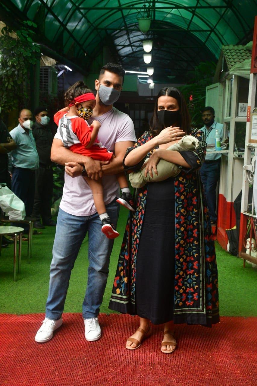 अंगद बेदी और नेहा धूपिया अपने बच्चों के साथ। (वरिंदर चावला)